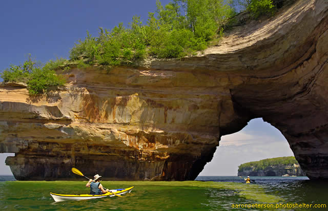Pictured Rocks National Lakeshore fica na margem do Lago Superior na península superior de Michigan, Estados Unidos. O parque oferece uma paisagem espetac